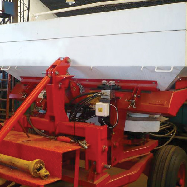 Control for drop-type spreaders with horizontal blade